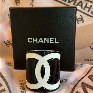 CHANEL Vintage Resin CC Logo Cuff Blk/White